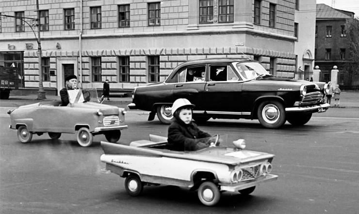 Праздник автомобилистов. На параде самодельных детских автомобилей. Москва 1966 год.