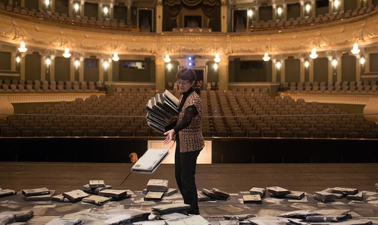 Работник театра проверяющий билеты и следящий за порядком цены на билет на концерт валерии