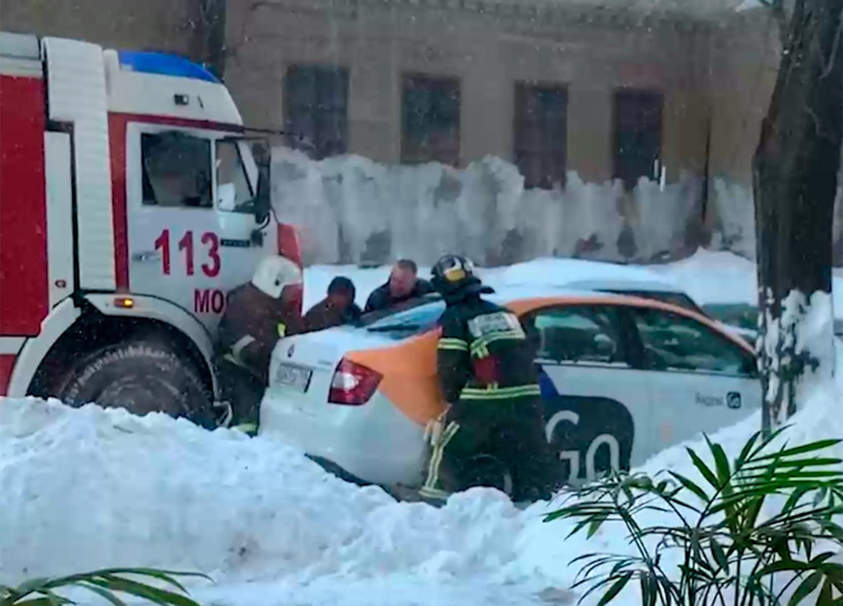 В Москве пожарные оттащили руками каршеринг и попали на видео