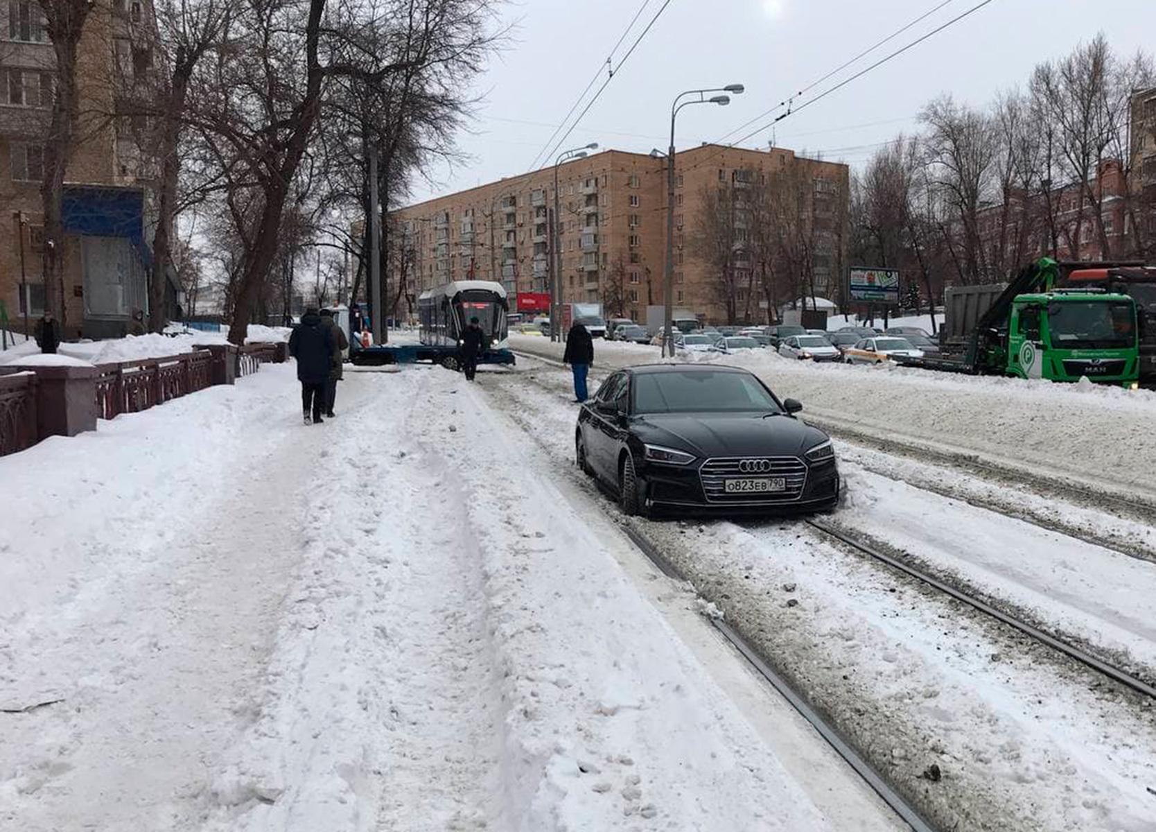В Москве водитель захотел объехать пробку и застрял на рельсах