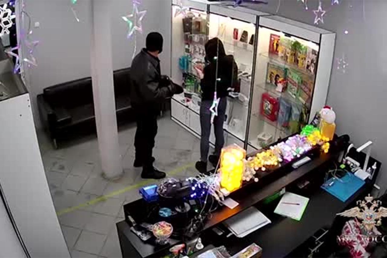Житель Подмосковья ограбил магазин с помощью вешалки и попал на видео