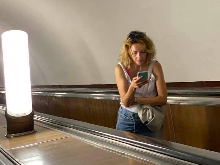 Одинокая пассажирка московского метро растрогала пользователей сети