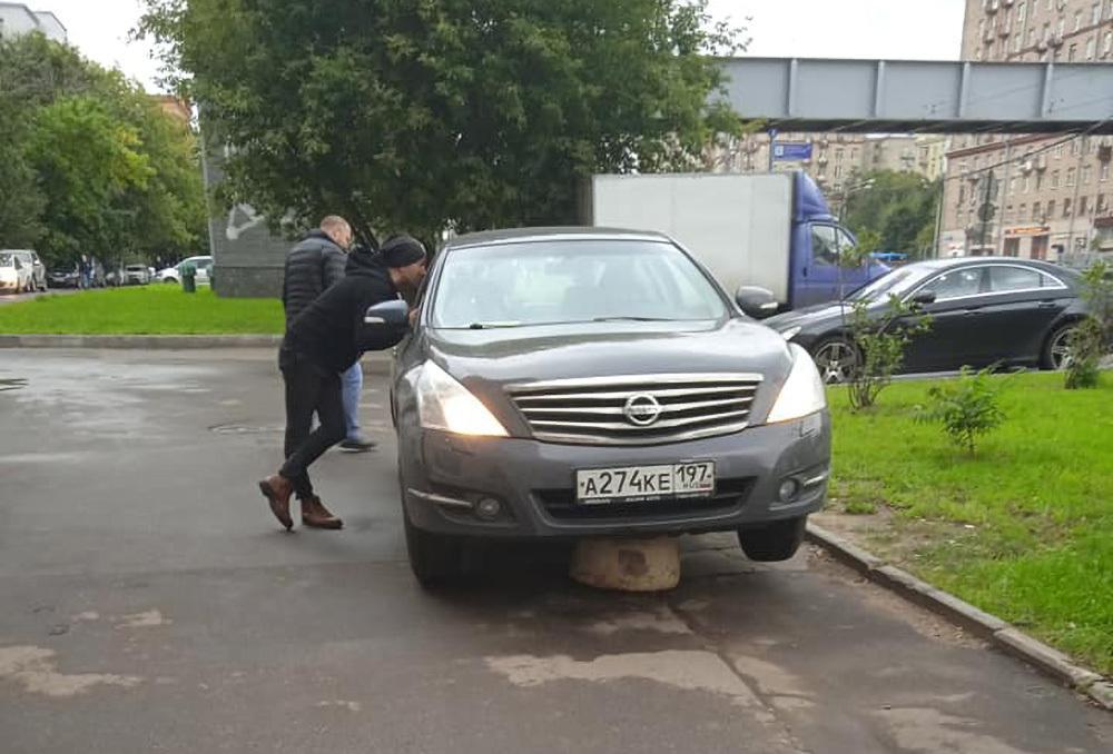 Россияне посочувствовали застрявшему на бетонной полусфере водителю авто